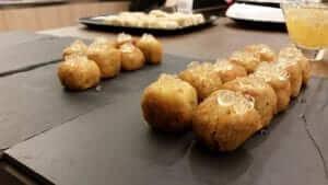 Croquetas con falso caviar de malvasía