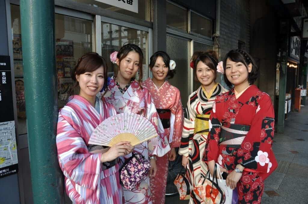 Japoneses vestidas con yukata
