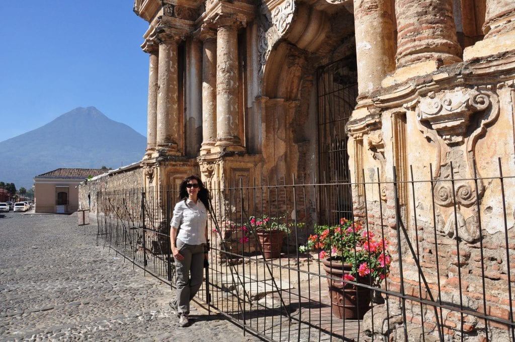 Antigua, Iglesia del Carmen y volcán agua